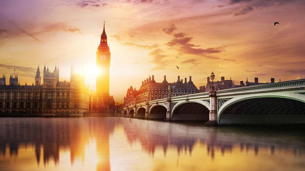 Big Ben en Westminster Bridge in de schemering