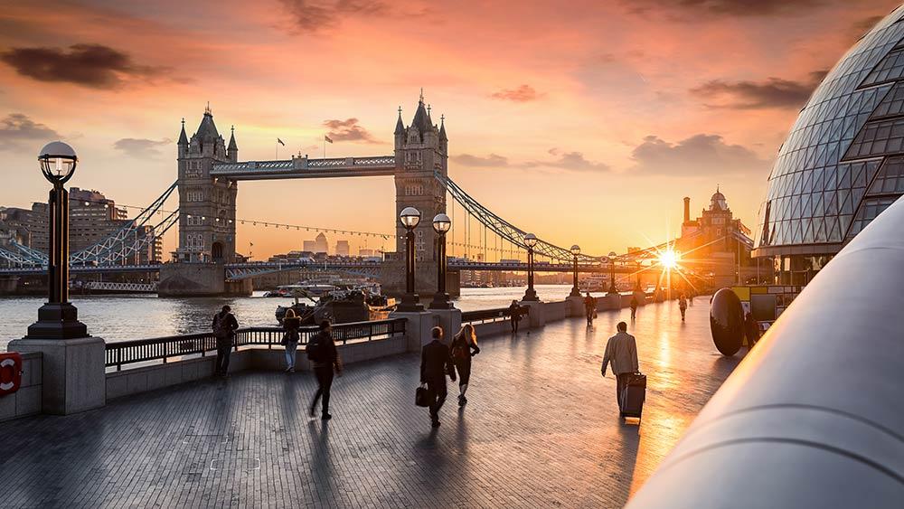 Le Tower Bridge au levant du soleil
