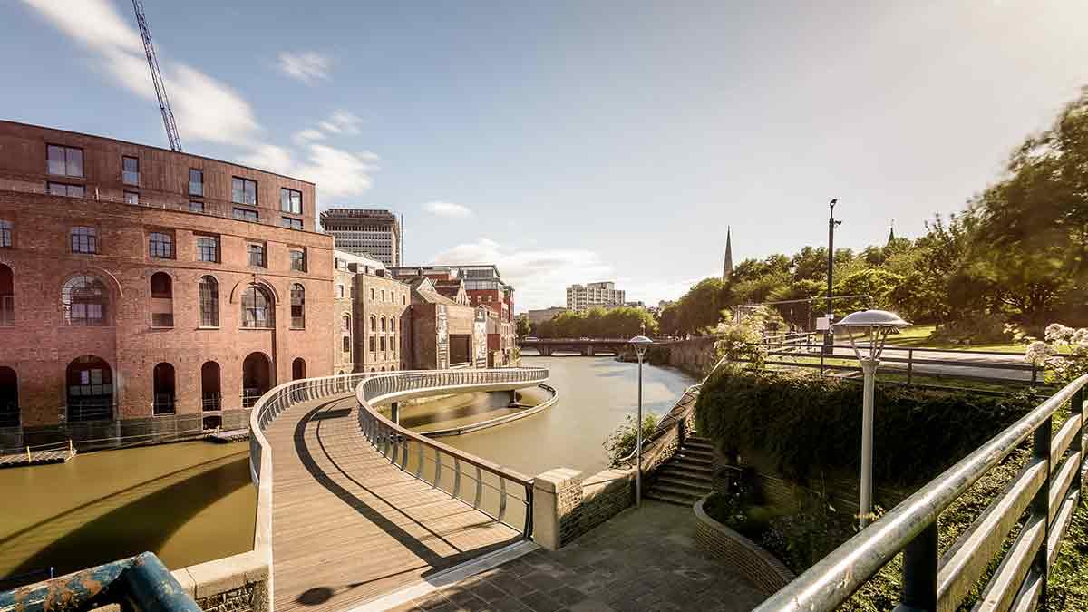 Architektur- und Flussszene in Bristol, UK