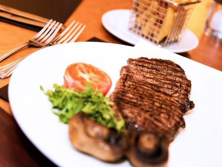 Steak Frites geserveerd in the Brasserie