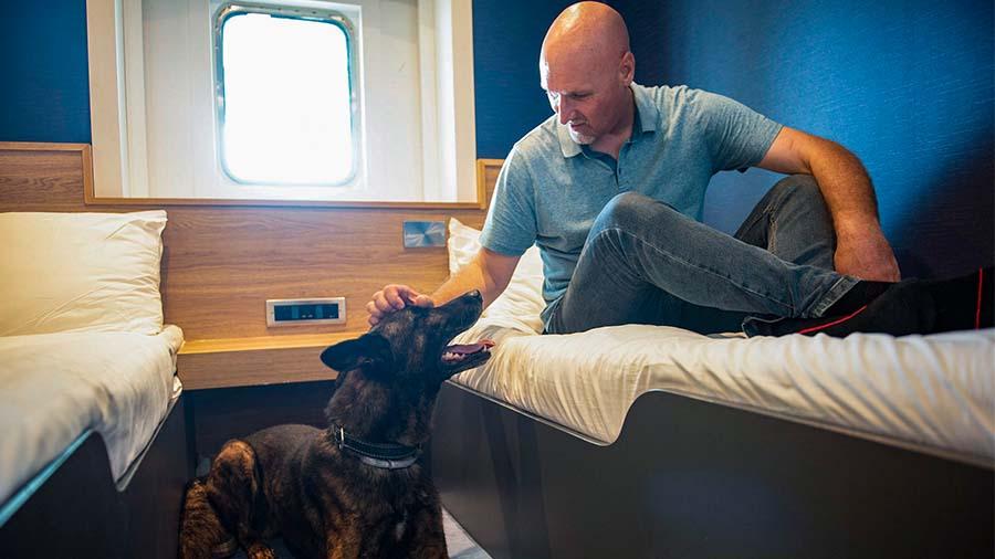 Hond met eigenaar in een P&O Ferry-hondenhut