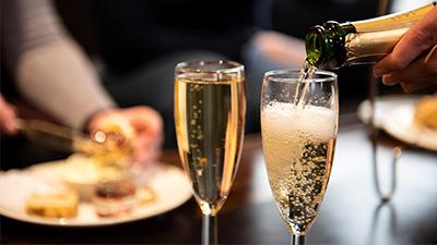 Champagne en eten in de Club Lounge