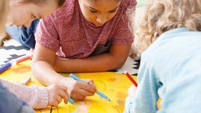 Entertainment voor kinderen - jonge kinderen tekenen en kleuren