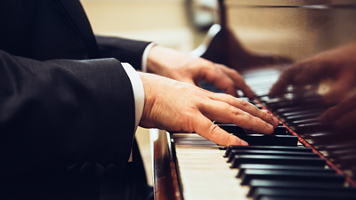 Sky lounge bar - close-up van een man die piano speelt