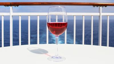 Zonnedekbar - glas wijn op een tafel buiten in de zon