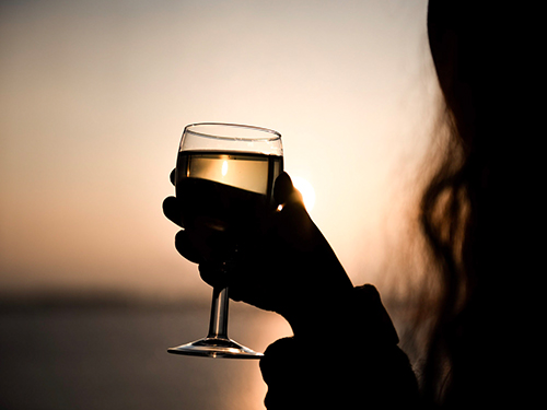 Glas wijn bij zonsondergang