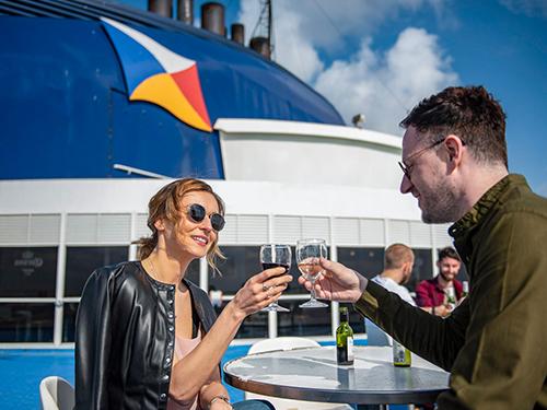 Paar genießt Getränke auf dem P&O-Ferries-Sonnendeck