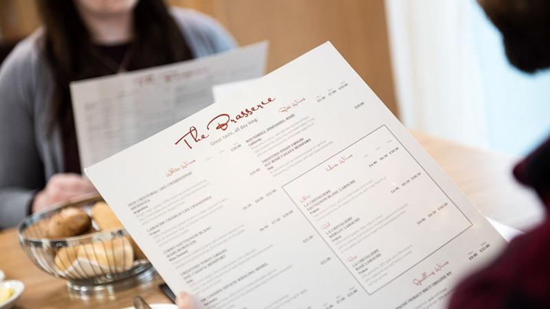 Brasserie - koppel dat naar het menu kijkt