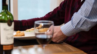 Brasserie - ober die een maaltijd serveert