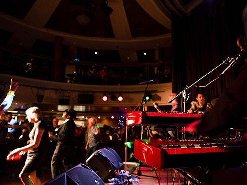Band spielt in einer P&O-Ferries-Bar