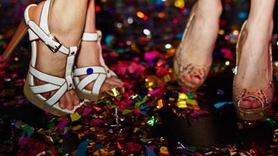 Sunset Show Bar - close-up van twee meisjes dansend op hun hoge hakken met confetti
